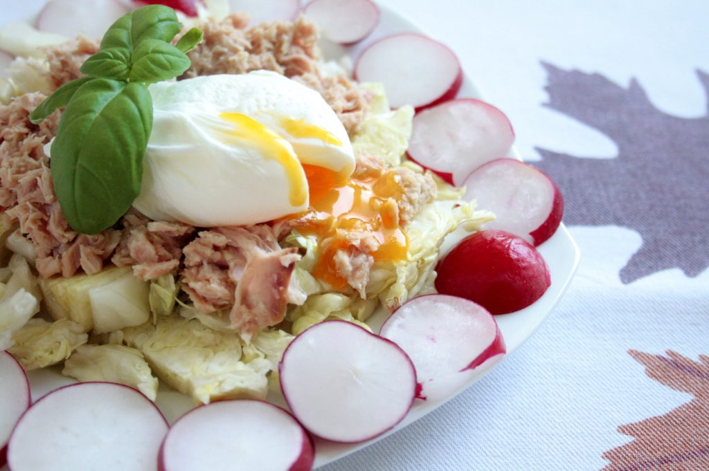 Poached egg and tuna salad