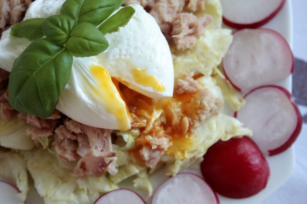 Low FODMAP Poached egg salad