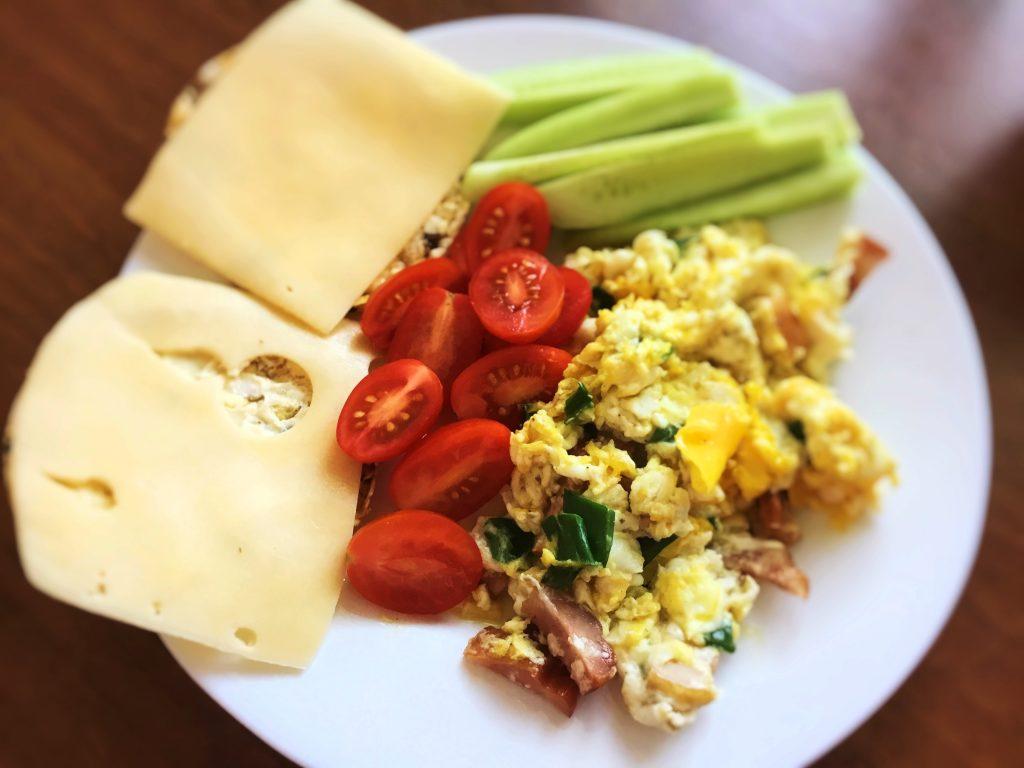 Low FODMAP śniadanie - jajecznica i warzywa